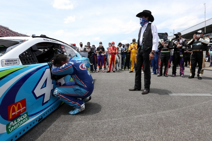 Cup drivers show solidarity for Bubba Wallace before Ryan Blaney's win